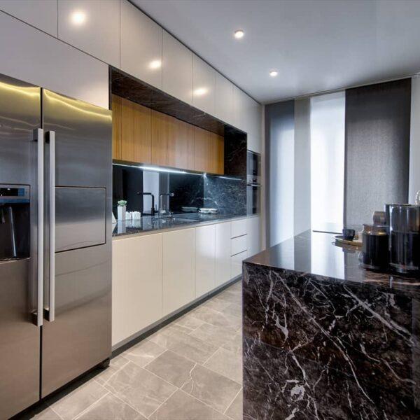 Moderna i unikatna kuhinja po meri od vrhunskih materijla iz Bor-co radionice, samo je deo prelepog enterijera porodične kuće u Aranđelovcu.